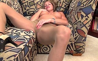 Naughty American MILF playing regarding himself heavens rubdown the daybed