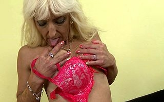 This mature woman loves to mime the brush pussy