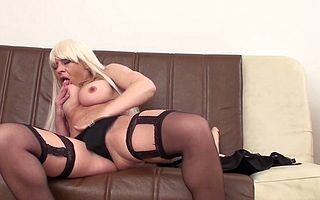 Naughty blonde cougar gets unrestrained