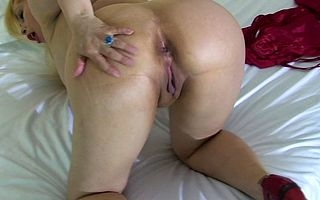 Blonde mature slut obtaining the brush pussy wet